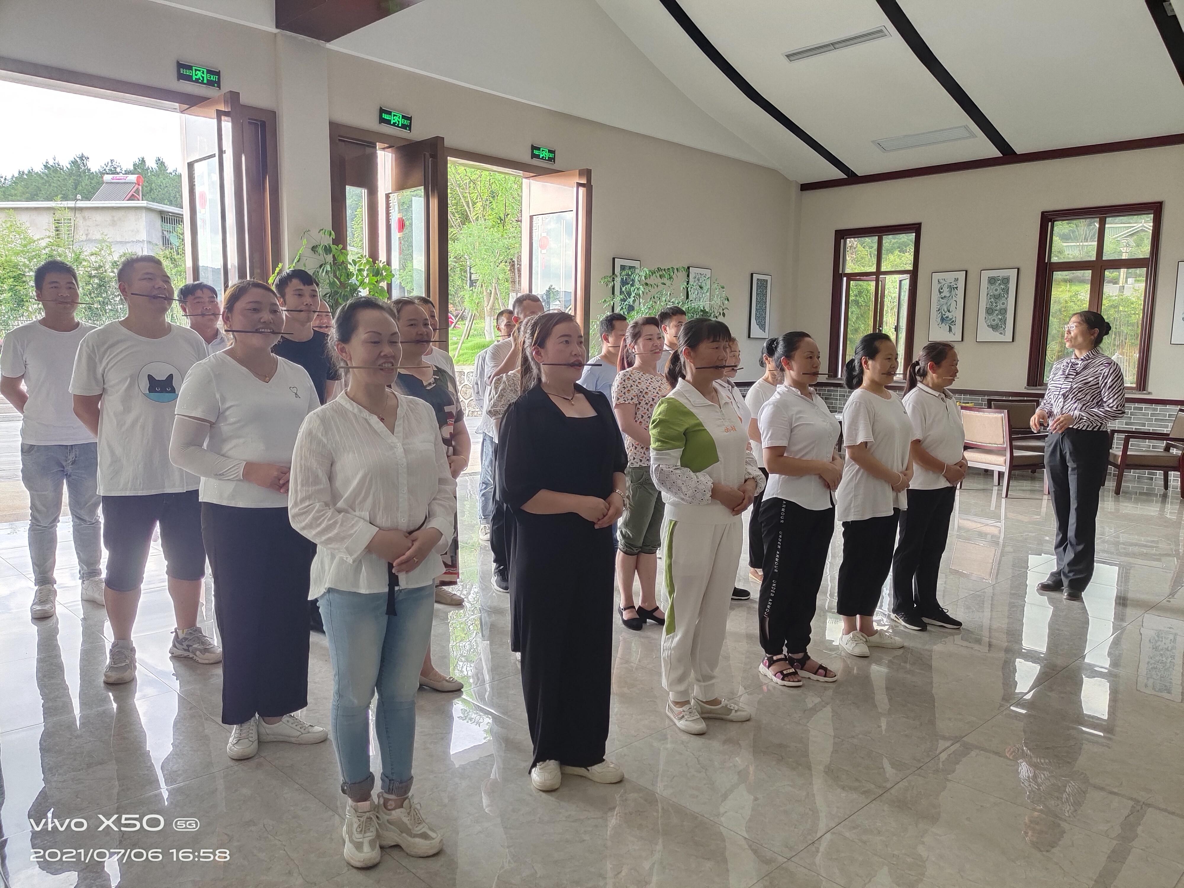 南卓旅业|龙里油画大草原景区开展员工礼仪培训